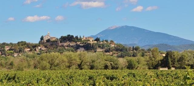Cairanne mit dem Mont Ventoux
