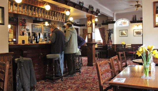 17 Männer im Pub